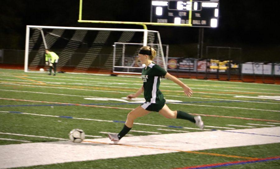 girls soccer Amanda Lihv taking a free kick